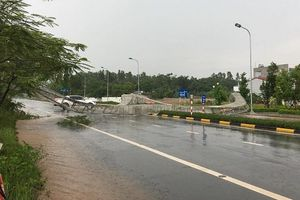 Mưa dông, gió lốc quật đổ cổng chào ở TP Vĩnh Yên