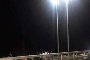 CSGT cứu thanh niên có ý định nhảy cầu Bãi Cháy