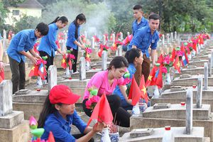 Thí sinh HHVN thành kính lau dọn tại nghĩa trang liệt sĩ Việt Lào