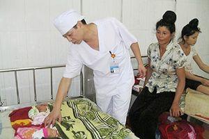 Cặp vợ chồng hiếm muộn bất lực nhìn con 4 tháng tuổi tử vong do… điều dưỡng tắc trách