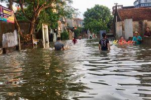 Ba ngày sau mưa lớn, chiều nay nhiều khu vực Hà Nội vẫn chìm trong nước