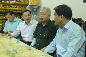Chủ tịch UBND thành phố thăm, tặng quà hai gia đình chính sách ở quận Bắc Từ Liêm