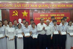 Phó Thủ tướng Trương Hòa Bình tặng quà học sinh nghèo hiếu học Bình Phước