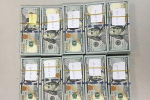 Khách ngoại quốc giấu 97.000 USD khi làm thủ tục xuất cảnh