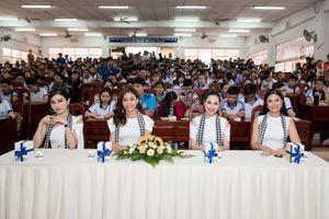 Dàn người đẹp Việt bất ngờ xuất hiện trên chợ nổi từ tờ mờ sáng