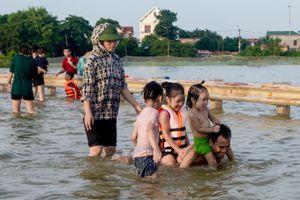 Hà Nội: Sau 2 ngày ngập úng, tỉnh lộ 421B vẫn trở thành 'bãi tắm' sầm uất