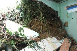 Lâm Đồng: Mưa lớn, hàng chục tấn đá đổ xuống khiến nhiều nhà dân bị đổ sập