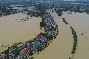 Flycam: Toàn cảnh thôn Bùi Xá ngập chìm trong biển nước mênh mông