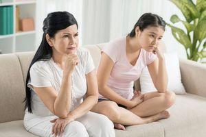 Mẹ có thể đối xử với con như một người con gái được không?