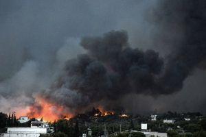 Người dân, du khách Hy Lạp tháo chạy vì lửa dữ
