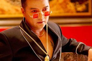 Mr. Đàm U50 chi tiền tỉ, đeo đầy vàng để làm trai 20 trong MV mới