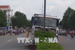 Xe ben đi trong thành phố gây tai nạn chết người, giao thông tắc nghẽn