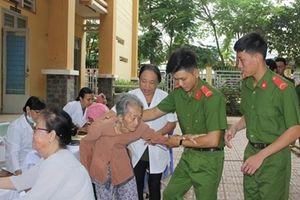 Công an Tây Ninh khám bệnh, phát thuốc miễn phí cho hơn 100 người dân nghèo