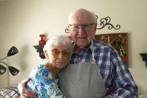 Cặp vợ chồng 98 tuổi 'bật mí' về hạnh phúc sau 75 năm kết hôn