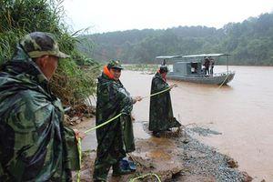 Bộ đội vượt 60km trong đêm cứu 4 cán bộ thủy văn gặp sự cố trên sông