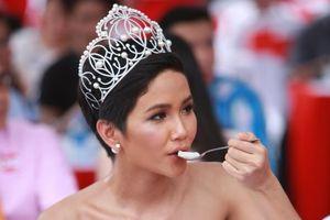 Hoa hậu H'Hen Nie thưởng thức tô phở khổng lồ nấu từ 100 kg thịt bò