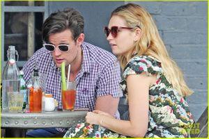 Sao 'Mamma Mia' Lily James vô tư hôn bạn trai đắm đuối trên phố