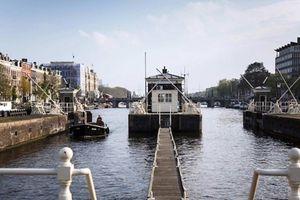 Trải nghiệm độc đáo với khách sạn trên mặt nước ở Amsterdam
