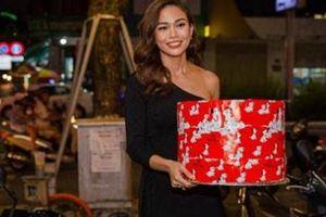 Fan 'sốc' khi Mâu Thủy đến tận nơi tặng quà sinh nhật