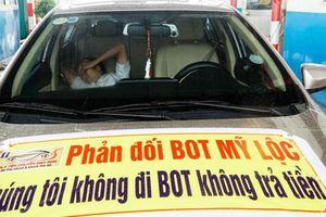 Clip: Phản đối BOT Mỹ Lộc, tài xế 'vô tình' hỏng xe giữa trạm