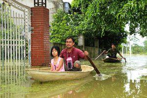 Hà Nội: Cuộc sống đảo lộn nơi người dân phải 'chèo thuyền trên đường'