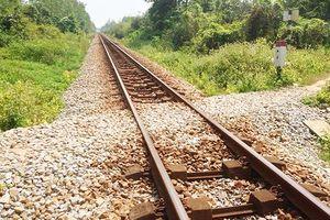 Thiếu tiền tiêu xài, 2 đối tượng liều lĩnh tháo trộm ốc vít đường ray xe lửa
