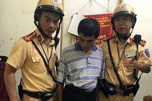 CSGT bắt quả tang U60 đang 'ship' ma túy cho khách