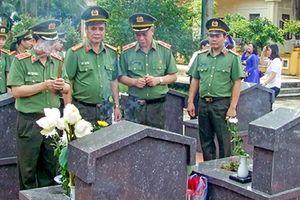 Dâng hương tưởng niệm Chủ tịch Hồ Chí Minh và tri ân các Anh hùng, liệt sỹ