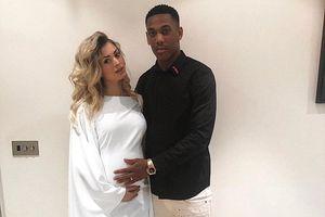 Sao trẻ MU bỏ thi đấu về chăm vợ đẻ, trêu tức HLV Mourinho