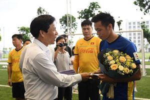 Bộ trưởng Nguyễn Ngọc Thiện thăm U23 Việt Nam