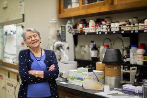 Bà lão đam mê hóa học và lời khuyên hữu ích dành cho các nữ sinh