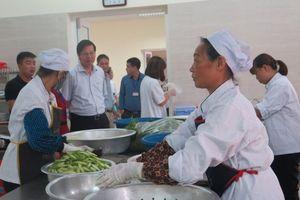 Thực phẩm sống, chín để lẫn nhau tại bếp ăn BV Đa khoa Đông Anh