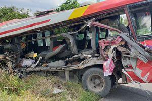 Xe khách va chạm xe đầu kéo, 7 người bị thương