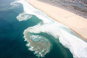 Tắm biển sau khi đá bóng, 2 thanh thiếu niên bị cuốn vào vùng xoáy sâu tử vong