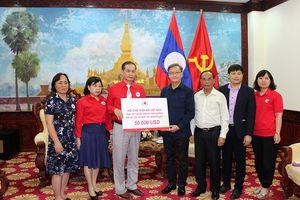 Hội Chữ thập đỏ Việt Nam trao 50.000 USD hỗ trợ nhân dân Lào