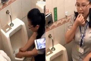 Vứt bánh gạo vào toilet rồi thản nhiên nhặt lên ăn