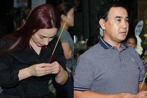Phi Nhung, Quyền Linh nghẹn ngào đến viếng nghệ sĩ Thanh Hoàng lúc tối muộn