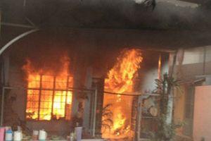 Giải cứu cô gái bị bạn trai nghi ngáo đá nhốt trong phòng phóng hỏa