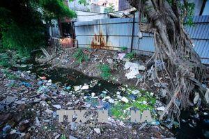 Rác thải nhựa bủa vây khu dân cư, tràn ra đại dương