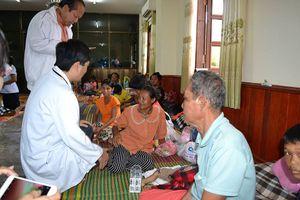Bác sĩ Việt Nam thăm khám người dân Lào sau vụ vỡ đập thủy điện