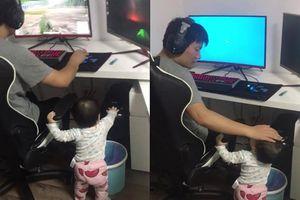 Bố mải chơi game không chịu chơi cùng con, bé làm một việc khiến ai xem cũng CƯỜI KHOÁI TRÁ