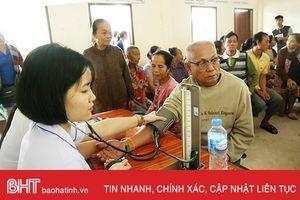 Đoàn tình nguyện Hà Tĩnh khám, cấp thuốc cho 500 người dân bản Phôn Tan
