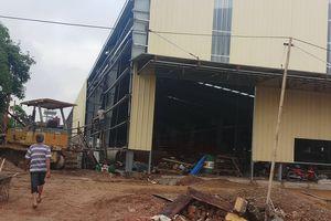 Tường rào nhà máy đổ sập, 2 công nhân tử vong