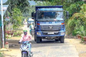 Xe quá tải né chốt CSGT, phá đường làng ở Khánh Hòa