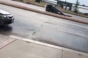 Kinh hoàng cảnh hố tử thần nuốt chửng xe hơi giữa đường