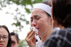 Vợ, con trai nghệ sĩ Thanh Hoàng khóc ngất ở lễ đưa tang