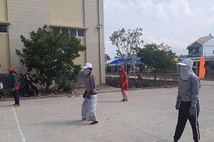 Hội chị em Long An bịt kín như ninja, chơi bóng chuyền giữa nắng gắt