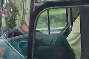 Sa thải tài xế lái xe khách bằng chân trên cao tốc Trung Lương – TP.HCM