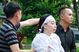 Bước đi run rẩy với gương mặt thất thần, người thân phải dìu vợ nghệ sĩ Thanh Hoàng