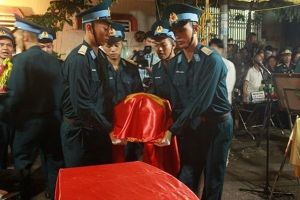 Người Thái Bình rưng nước mắt đón di hài đại tá phi công Phạm Giang Nam